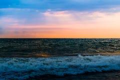 Por do sol na praia de Goa imagem de stock