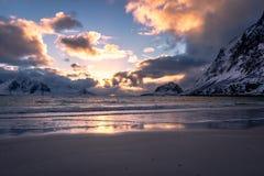 Por do sol na praia de Haukland nas ilhas de Lofoten fotografia de stock