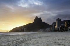 Por do sol na praia de Ipanema Fotos de Stock Royalty Free