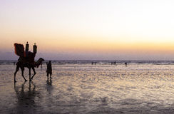 Por do sol na praia de Karachi imagem de stock
