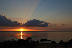 Por do sol na praia de Knud em Dinamarca Foto de Stock