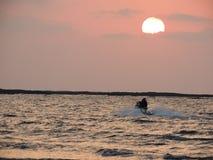 Por do sol na praia de Mandwa Imagem de Stock