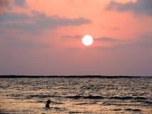 Por do sol na praia de Mandwa Fotografia de Stock Royalty Free