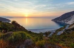 Por do sol na praia de Myrtos (Grécia, Kefalonia, mar Ionian) Imagens de Stock Royalty Free