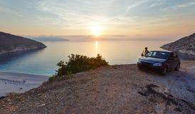 Por do sol na praia de Myrtos (Grécia, Kefalonia, mar Ionian) Fotografia de Stock Royalty Free