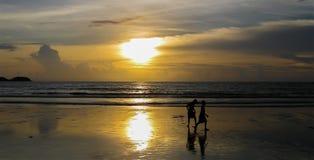 Por do sol na praia de Patong Imagem de Stock