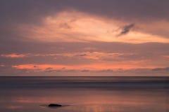 Por do sol na praia de Patong, ilha de Phuket, Tailândia Foto de Stock