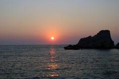 Por do sol na praia de Petani imagem de stock
