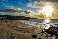 Por do sol na praia de Porthmeor, St Ives imagem de stock
