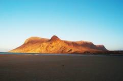Por do sol na praia de Qalansia, na montanha e na lagoa, Socotra, Iémen Fotografia de Stock
