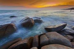 Por do sol na praia de Rayong Fotografia de Stock