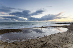 Por do sol na praia de Solent em Hengistbury Christchurch próximo principal Fotografia de Stock Royalty Free