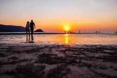 Por do sol na praia de Toei Ngam fotografia de stock royalty free