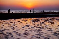 Por do sol na praia de Toei Ngam fotos de stock royalty free