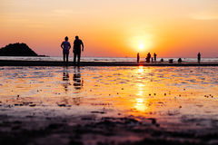 Por do sol na praia de Toei Ngam imagens de stock royalty free