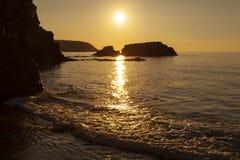 Por do sol na praia de Tresaith fotografia de stock royalty free