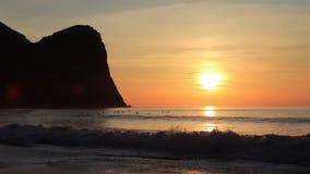 Por do sol na praia de Unstad, o paraíso dos surfistas em ilhas de Lofoten, Noruega filme