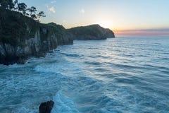 Por do sol na praia de Vidiago em Llanes, as Astúrias, Espanha fotografia de stock