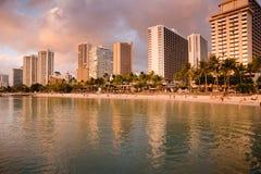 Por do sol na praia de Waikiki fotos de stock royalty free