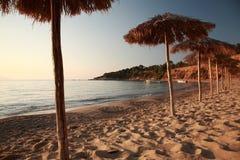 Por do sol na praia do AG Paraskevi, Skaithos fotos de stock