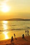 Por do sol na praia do Ao Nang, Tailândia Imagens de Stock Royalty Free