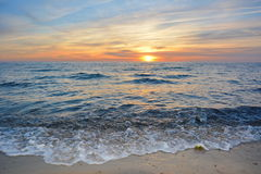 Por do sol na praia do oceano foto de stock royalty free
