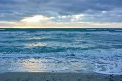 Por do sol na praia do oceano fotos de stock