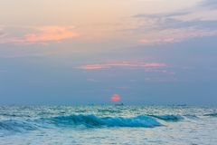 Por do sol na praia e com barcos de pesca e navios de carga Foto de Stock Royalty Free