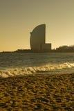 Por do sol na praia em Barcelona. Foto de Stock Royalty Free