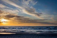 Por do sol na praia em Leba, mar Báltico, Polônia Imagens de Stock