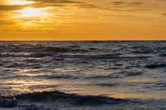 Por do sol na praia em Leba, mar Báltico, Polônia Foto de Stock
