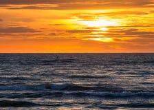 Por do sol na praia em Leba, mar Báltico, Polônia Imagem de Stock