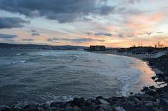 Por do sol na praia ensolarada, Bulgária Imagens de Stock