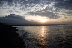 Por do sol na praia fechado ao vulcão Imagem de Stock