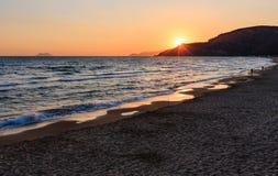 Por do sol na praia Gaeta do mar, Latina, Itália foto de stock