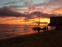 Por do sol na praia Havaí de Waikiki fotografia de stock