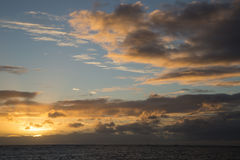 Por do sol na praia Havaí de Waikiki foto de stock royalty free