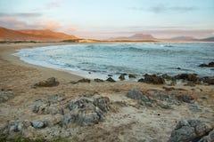 Por do sol na praia idílico de Kleinmond Imagens de Stock