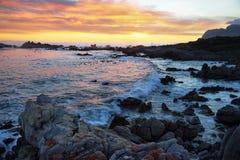 Por do sol na praia idílico de Kleinmond Imagem de Stock