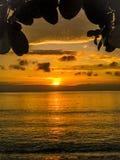 Por do sol na praia Indonésia de Bali Imagem de Stock