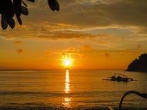 Por do sol na praia Indonésia de Bali Fotos de Stock