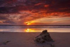 Por do sol na praia do La Barrosa em Cadiz fotografia de stock