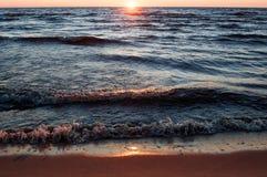 Por do sol na praia, Letónia, mar Báltico foto de stock
