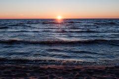 Por do sol na praia, Letónia, mar Báltico fotos de stock royalty free