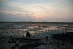 Por do sol na praia na ilha de Bintan, Indonésia fotografia de stock royalty free