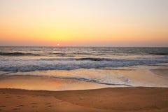 Por do sol na praia do nirvana imagem de stock