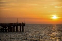 Por do sol na praia no mar Báltico imagens de stock