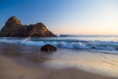 Por do sol na praia no parque estadual de Pfeiffer, Big Sur, Califórnia foto de stock