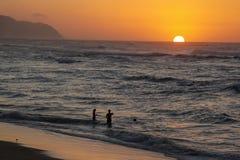Por do sol na praia do por do sol, Oahu fotos de stock royalty free