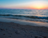 Por do sol na praia oval Saugatuck imagem de stock